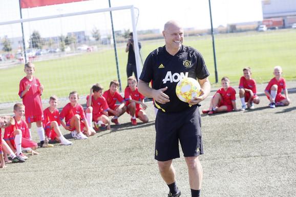 Polaznici Škole fudbala Mančester junajteda sa glavnim trenerom