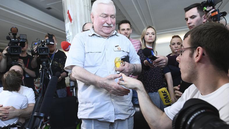 Lech Wałęsa spotkał się dzisiaj z protestującymi w Sejmie