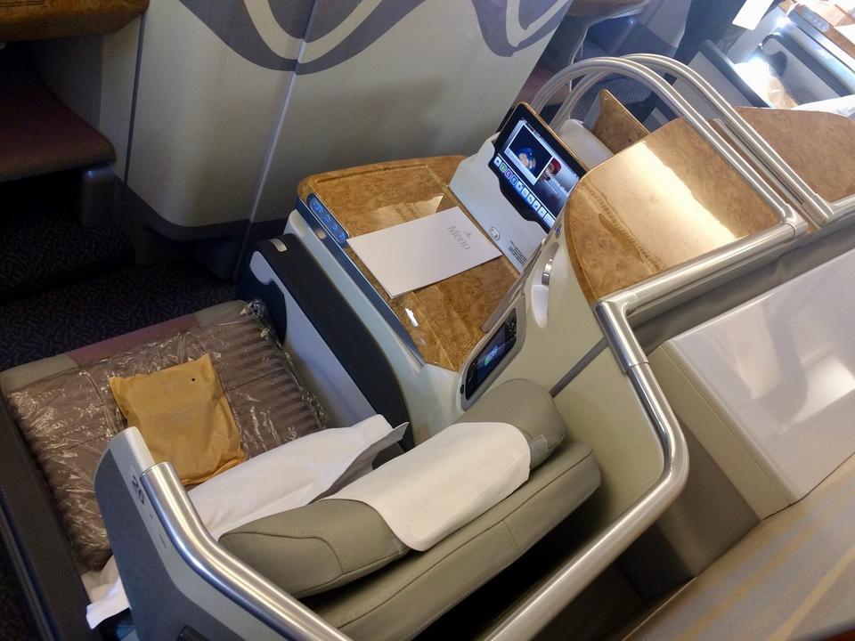 Klasa biznes oferuje wyższy komfort podróży. To m.in. rozkładane fotele, więcej miejsca na nogi i wydzielona przestrzeń, zapewniająca więcej prywatności.