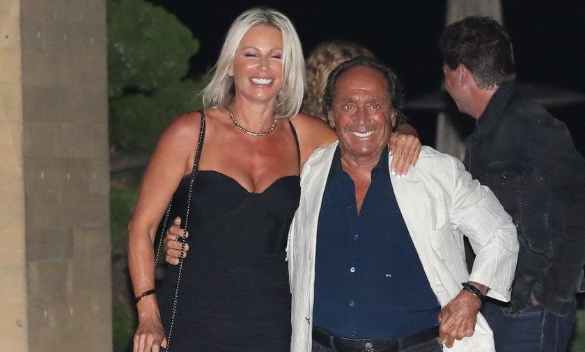 Paul Anka zadowolony wyszedł z kolacji z młodszą kobietą.