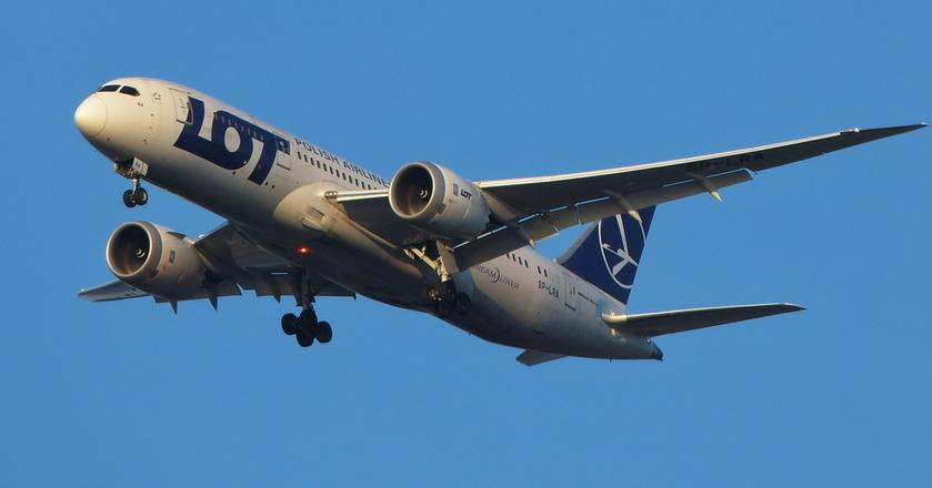 Boeingi 787-8 Dreamliner to duma PLL LOT. W przyszłym roku przewoźnik otrzyma trzy większe samoloty z tej rodziny. Każdy z nich to około 10 nowych pilotów i co najmniej 60 stewardess