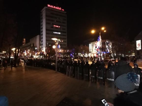Davor Dragičević pušten iz pritvora: Policija i građani ispred tužilaštva, majka ubijenog Davida poziva na novo okupljanje