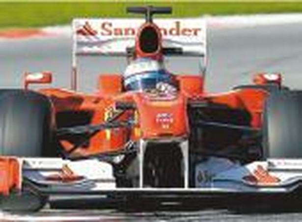 """""""Trzymajmy kciuki za Roberta, gdyż to nie tylko wielki kierowca, ale i wspaniały człowiek"""" - napisał na Twitterze jeden z najbliższych kolegów Kubicy w świecie Formuły 1 Hiszpan Fernando Alonso. Fot. PAP/EPA"""