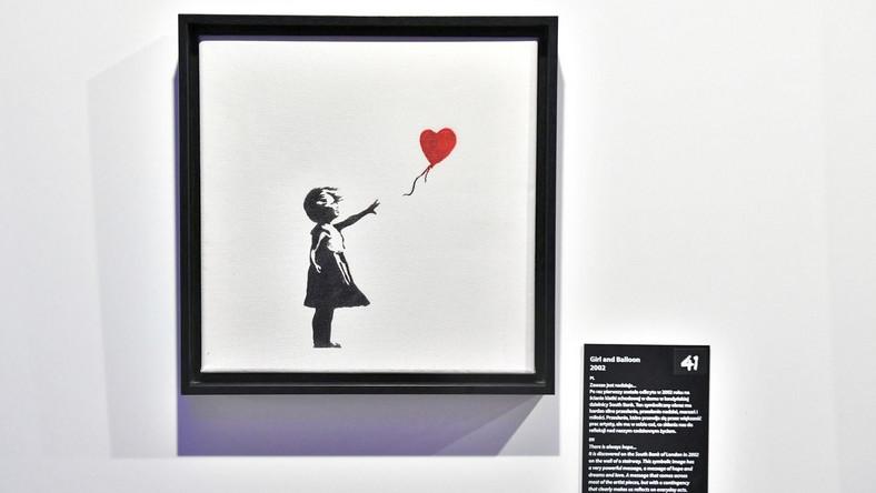 """Praca pt. """"Girl with Balloon"""" na wystawie """"The Art of Banksy. Without Limits"""" w Centrum Praskim Koneser w Warszawie PAP/Andrzej Lange"""