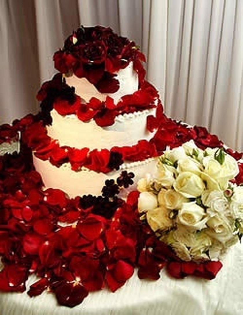 Tort ślubny Denise Richard i Charliego Sheena