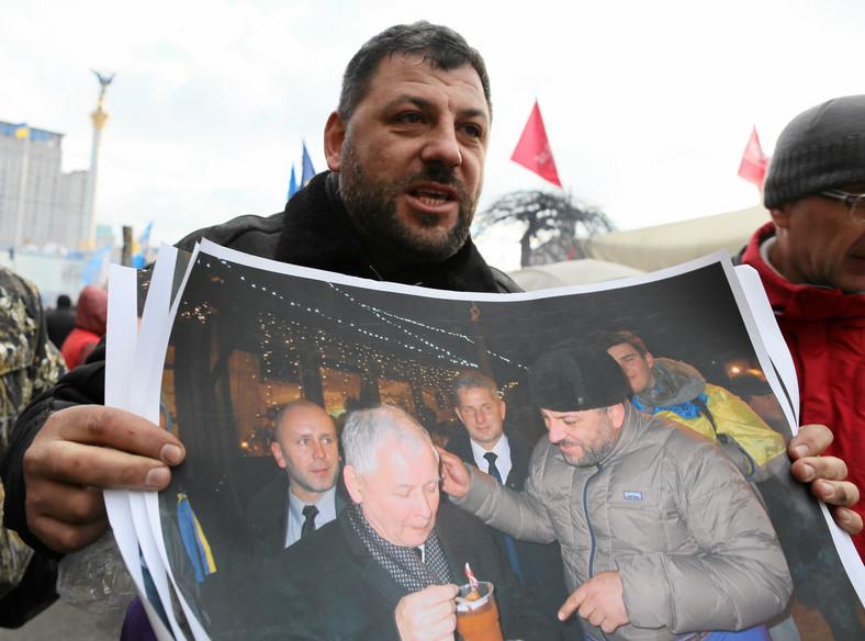 Jarosław Kaczyński je zupę na Majdanie w Kijowie