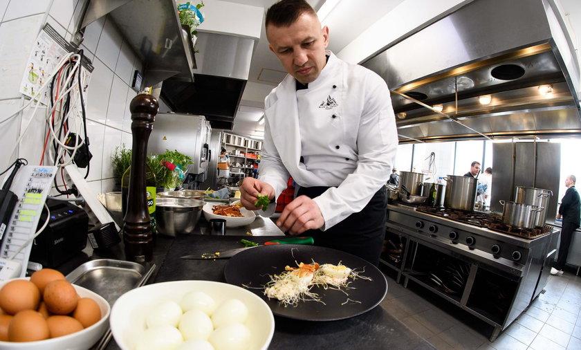 Tomasz Adamek przyrzadza potrawy wielkanocne