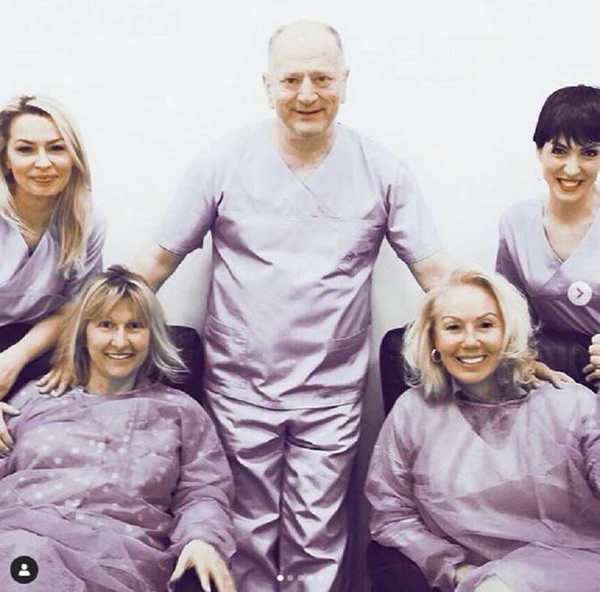 Brena sa prijateljicom i lekarskom ekipom