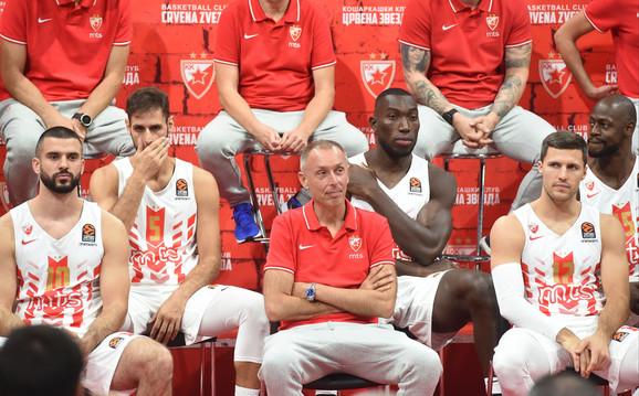 Trener Milan Tomić sa košarkašima na konferenciji za štampu u Areni