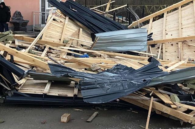 Olujni vetar srušio krov