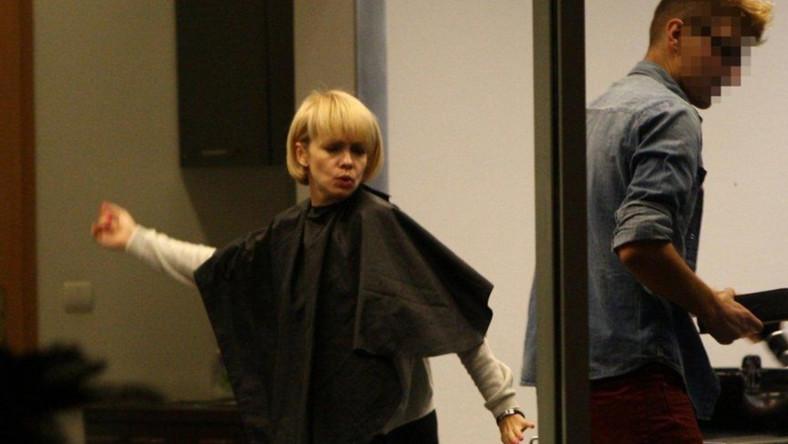 Weronika Marczuk ćwiczy taneczne kroki nawet u fryzjera.