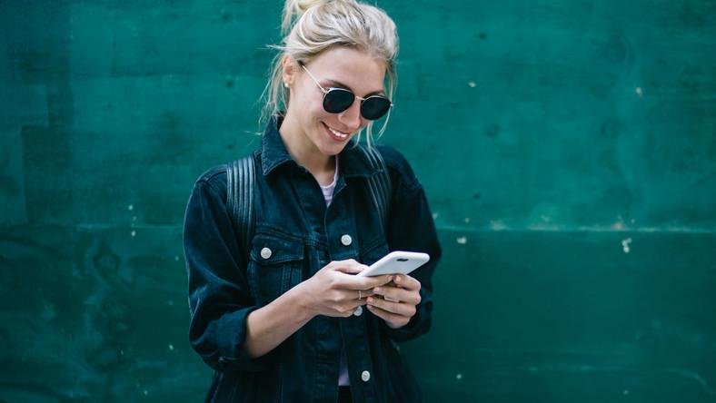 Kobieta używa telefonu