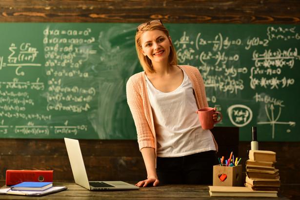 Szkoła podpisze umowę z nauczycielem od 6 września. Kiedy należy wypłacić mu wynagrodzenie?