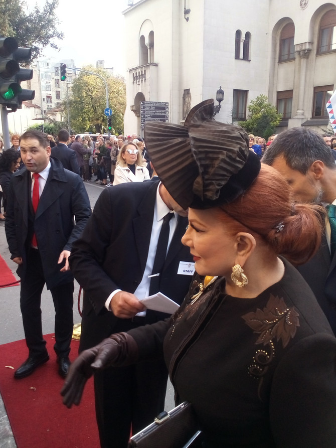 Ova dama privukla je pažnju svojim šeširom