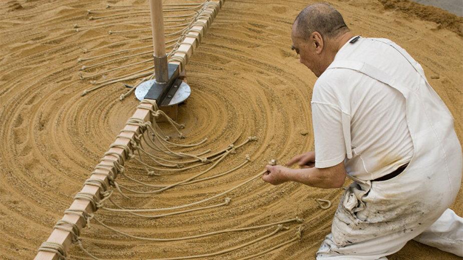 Gunther Uecker i jego instalacja Sandmuhle (Młyn piaskowy), 2015 Ralph Goertz / IKS 2020