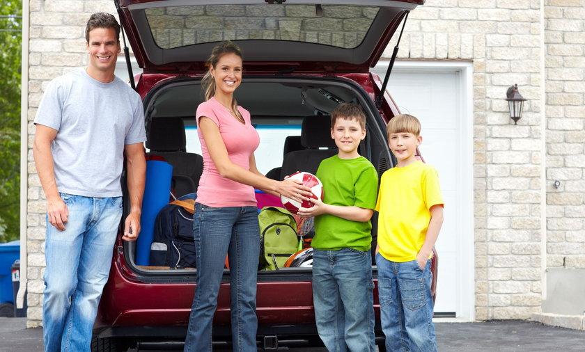 Rodzina przy samochodzie