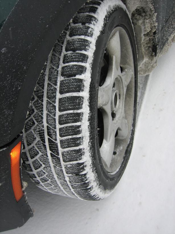 """Zimowa opona produkowana jest z innej mieszanki, ale to nie jedyna różnica. Popularne """"zimowki"""" mają też inną rzeźbę bieżnika. fot. siRRonWong/flickr.com"""