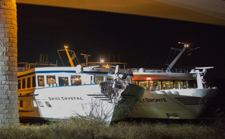 Statek pasażerski uderzył w filar mostu nad Renem, są ranni