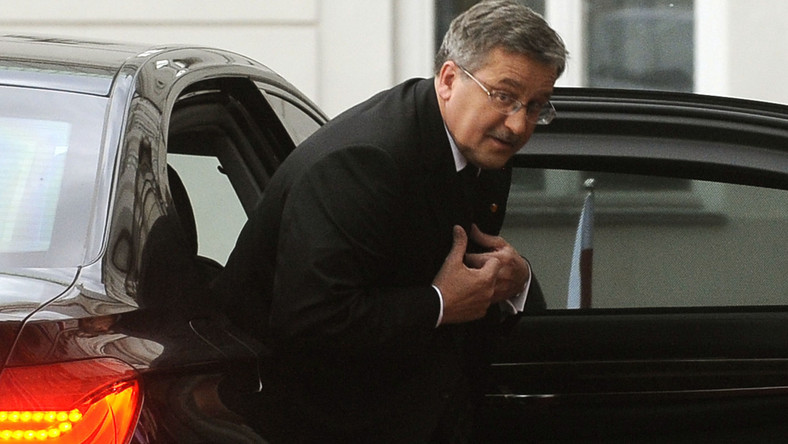 Bronisław Komorowski wysiada z limuzyny