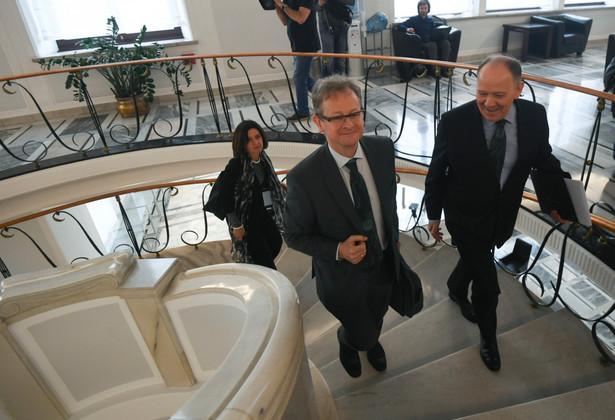 Szef wydziału sprawiedliwości konstytucyjnej w Sekretariacie Komisji Weneckiej Schnutz Rudolf Duerr (w środku), członek Komisji Katerina Simackova (po lewej) oraz dyrektor Biura Spraw Międzynarodowych i Unii Europejskiej Senatu Leszek Kieniewicz