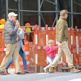 Drew Barrymore z rodziną na spacerze
