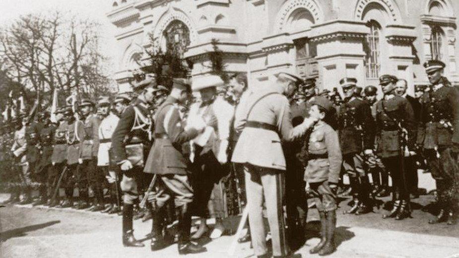 Józef Piłsudski odznacza Tadeusza Jeziorowskiego i innych obrońców Płocka, Płock 10 kwietnia 1921, fot. Centralne Archiwum Wojskowe, domena publiczna