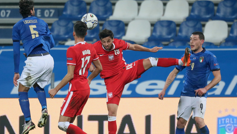 Włosi Manuel Locatelli (L) i Andrea Belotti (P) oraz Polacy Bartosz Bereszyński (2P) i Jakub Moder (2L) podczas meczu grupy A1 piłkarskiej Ligi Narodów w Reggio Emilia