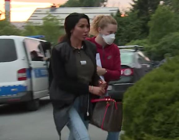 Tijana Ajfon ispred policijske stanice