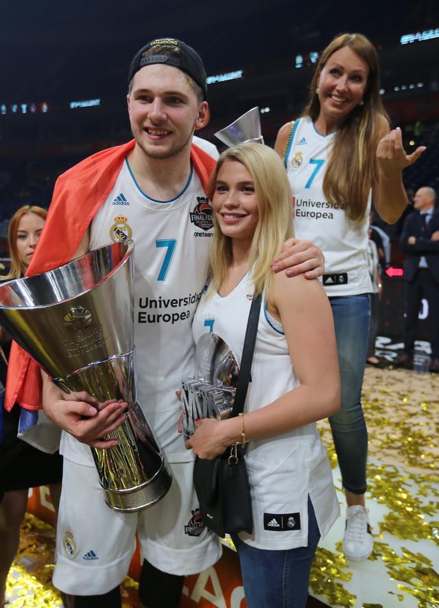 Luka Dončić u društvu devojke Anamarije i majke Mirjam