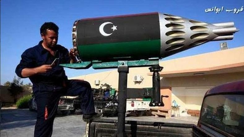 W Libii od lat kwitnie nie tylko handel bronią, ale i jej produkcja w domowych warunkach. Bojownicy doskonale sobie radzą, mimo nałożonego na rząd w Tobruku embarga na dostawy broni. Z resztek arsenałów Kaddafiego i na bazie tego, co znajdą w bazach wojskowych wytwarzają pojazdy opancerzone, samoróbki bomb, wyrzutnie rakiet i wiele innych…
