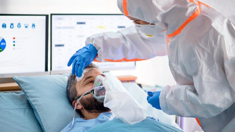Mężczyzna w szpitalu, COVID-19