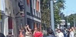 Dramat w Łodzi. Człowiek wyskoczył z płonącego mieszkania. Ludzie zrobili ze swoich rąk poduszkę strażacką, by go ratować!
