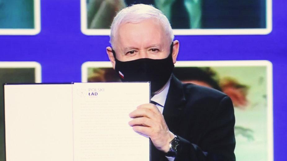 Jarosław Kaczyński z podpisaną deklaracją Nowego Ładu