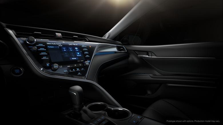 2018_Toyota_Camry_z systemem multimedialnym Entune 3.0. Android Auto i CarPlay nie funkcjonują