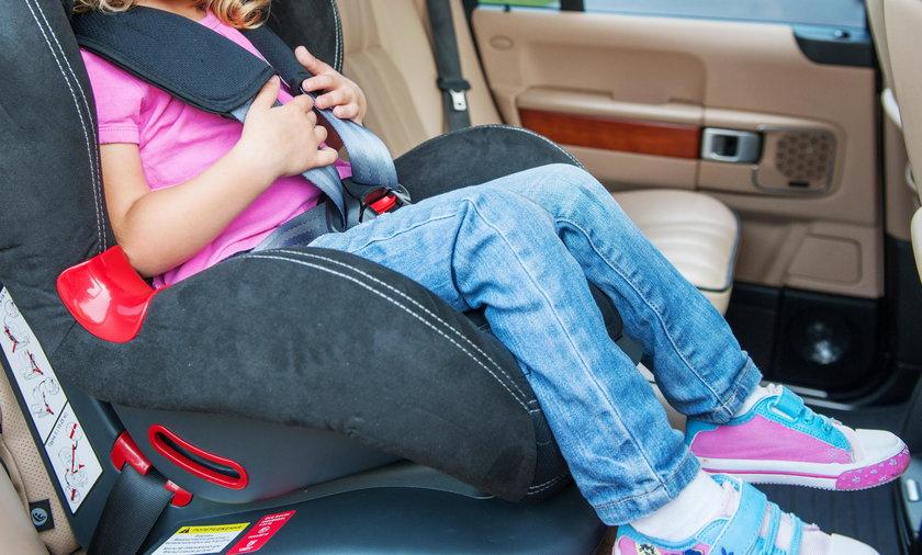 Nigdy nie wolno zostawiać małego dziecka samego w samochodzie