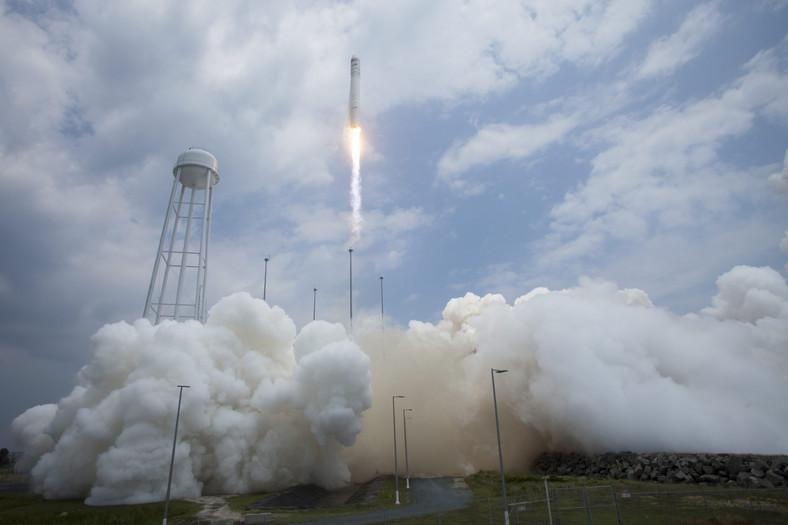 Start rakiety ze statkiem kosmicznym Cygnus