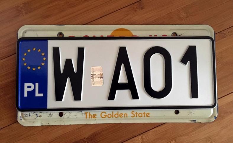 Nowa tablica rejestracyjna nie pasuje do oryginalnych otworów montażowych przewidzianych przez producentów aut na rynek USA