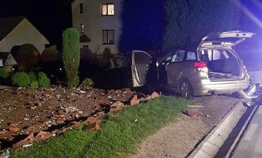 Mazowsze: Auto uderzyło w ogrodzenie. Zginął nastolatek