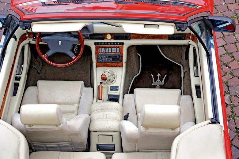 Jeżeli ktoś zaprasza cię do środka, to szybko sko- rzystaj z oferty. Czeka na ciebie wyjątkowe doznanie. Historia motoryzacji zna niewiele przypadków aut, które dawałyby większe powody do zadowolenia. Jak przystało na Maserati, wnętrze wykonano z wysokojakościowych materiałów. Do tego auta wyjątkowo pasuje drewniana kierownica.