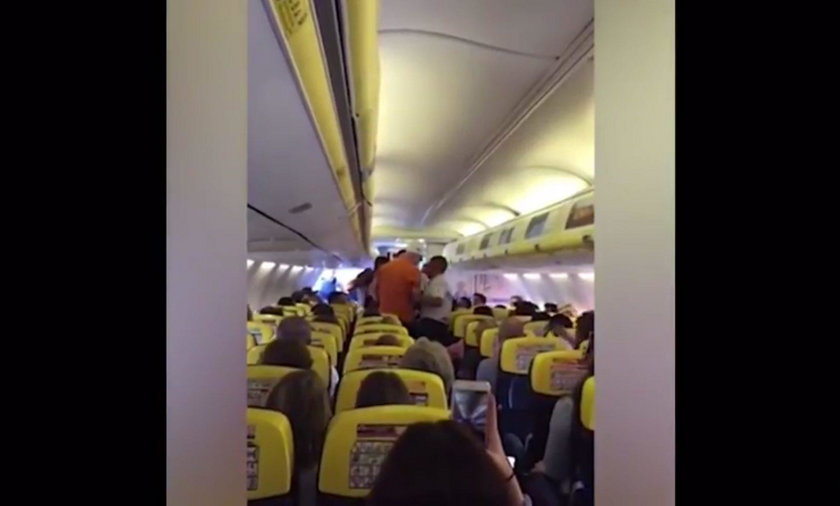 Pijacka burda na pokładzie Ryanaira zmusiła pilota do awaryjnego lądowania