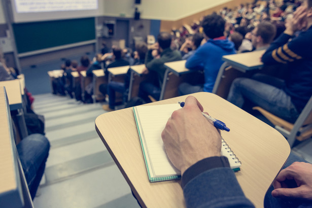 Tracą zwłaszcza studenci dzienni. Wykładowca musi dostosować poziom zajęć do wszystkich słuchaczy, a często osoby, które wybierają studia niestacjonarne, mają gorsze wyniki.