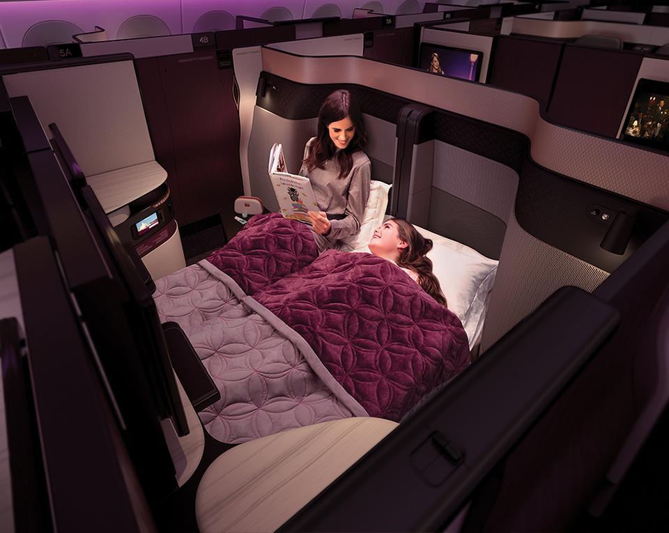 Qatar Airways chwali się, że po raz pierwszy w klasie biznes oferuje dwuosobową sypialnię.