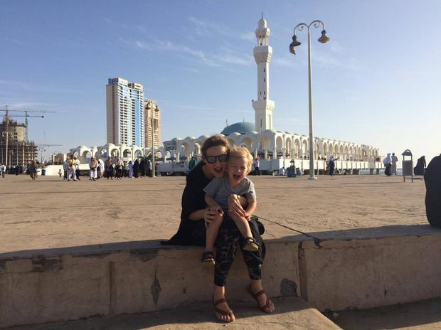 Joanna Krzystek z synem na tle Meczetu na wodzie w Dżuddzie