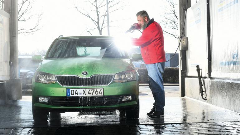 Czas pozbyć się soli z auta! Mycie auta po zimie