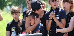 Bizneswoman od trumien zrobiła to ich ojcu. 9-latek zemdlał nad grobem taty