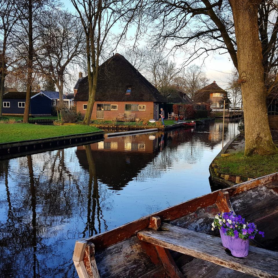 """W malowniczej wiosce nazywanej """"holenderską Wenecją"""" nie ma żadnych dróg poza ścieżkami rowerowymi, a mieszkańcy docierają do domów łodziami."""