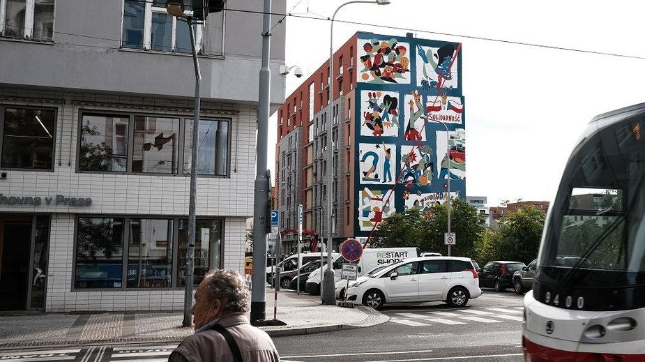 Bliźniacze murale w Warszawie i Pradze