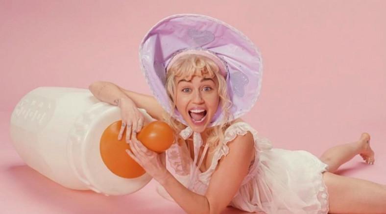 """Mała Miley w klipie do """"BB Talk"""""""