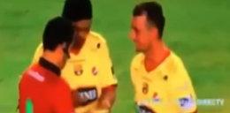 Sędzia bierze autograf od Ronaldinho. WIDEO