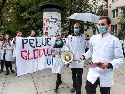 """Lekarze skandowali: """"chcemy leczyć w Polsce"""""""